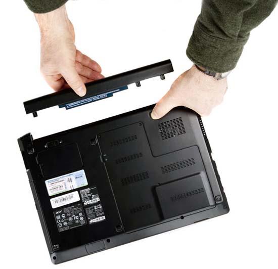 Lật máy tính xách tay và tháo pin khỏi thiết bị