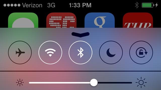 Bạn vuốt từ dưới màn hình iPhone lên để mở Control Center và tắt Bluetooth.