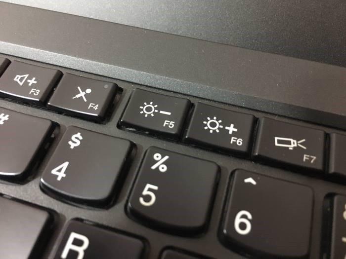 Màn hình laptop tối đen. Cài đặt đơn giản nhất